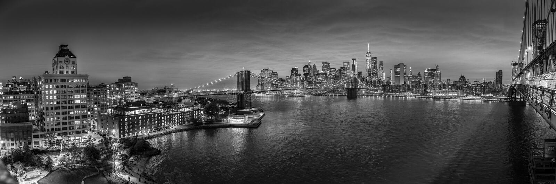 Brooklyn-Brücken- und Lower Manhattan-Skyline nachts, New York City, USA stockbild