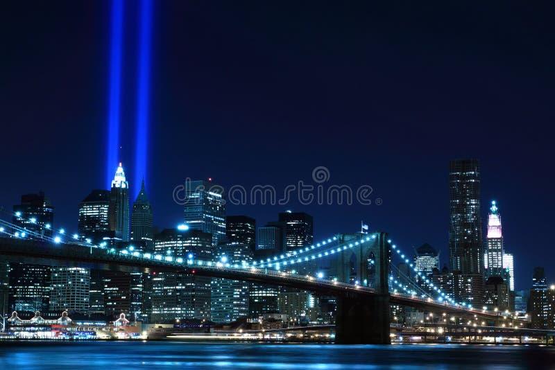 Brooklyn Brigde e as torres das luzes fotos de stock royalty free