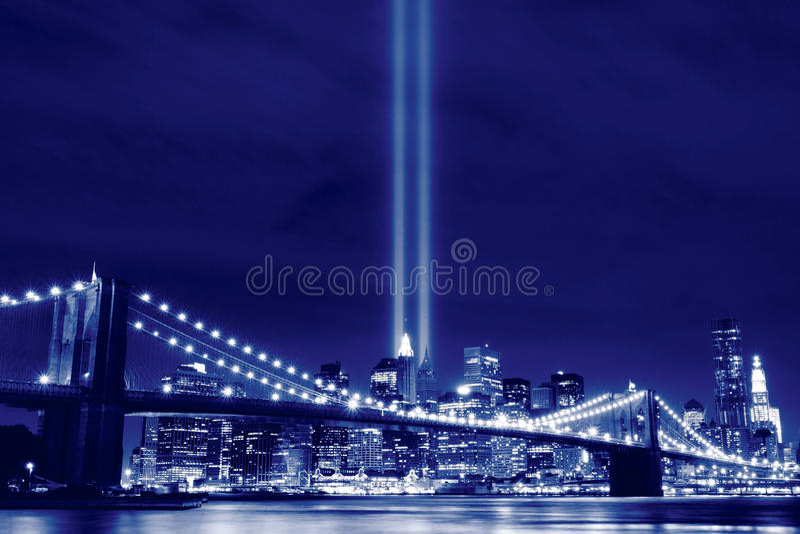 Brooklyn Brigde e as torres das luzes foto de stock