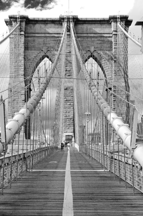 Brooklyn bro med bågar, kablar och promenad arkivbilder