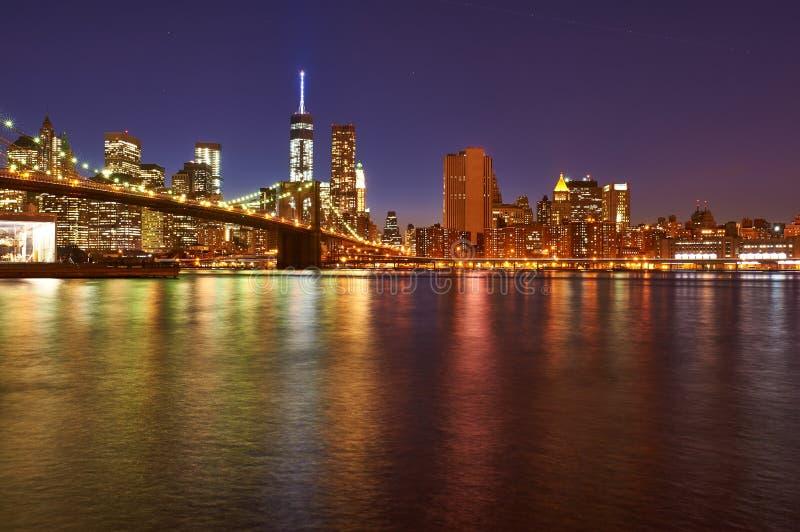 Brooklyn bro med lägre Manhattan horisont på natten royaltyfri foto