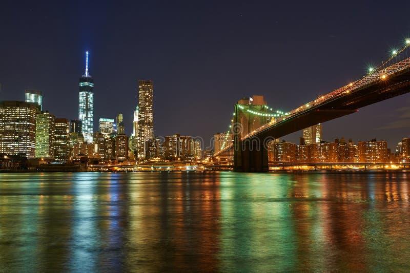 Brooklyn bro med lägre Manhattan horisont på natten arkivfoton