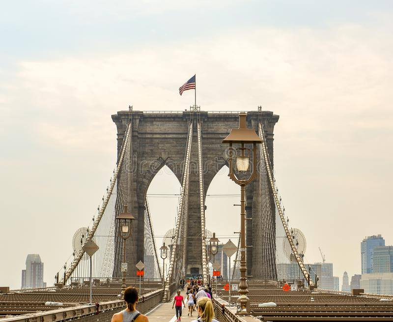 Brooklyn bro New York med amerikanska flaggan fotografering för bildbyråer