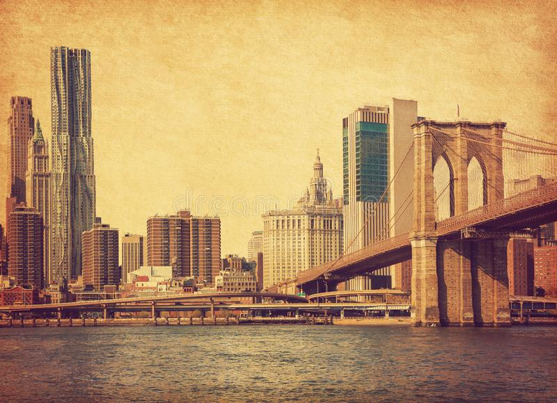 Brooklyn bro och Lower Manhattan i New York City, Förenta staterna Foto i retro stil ?kad pappers- textur arkivfoto