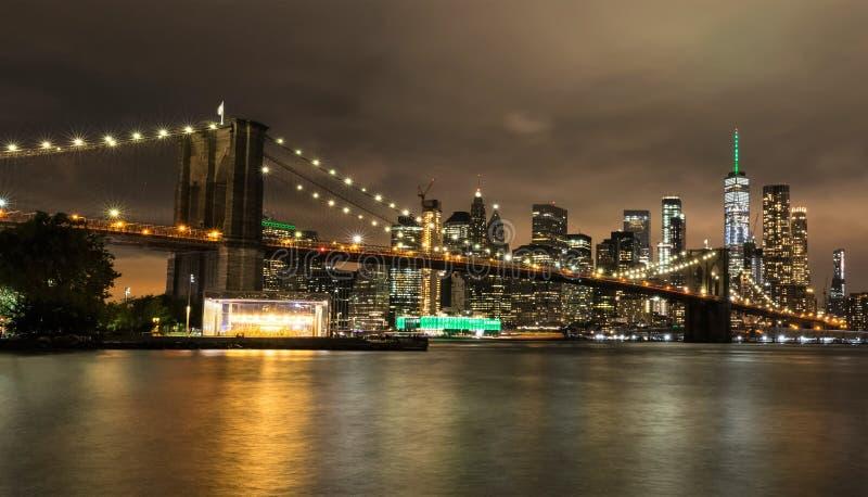 Brooklyn bro och Manhattan vid natt, New York City, USA royaltyfri foto