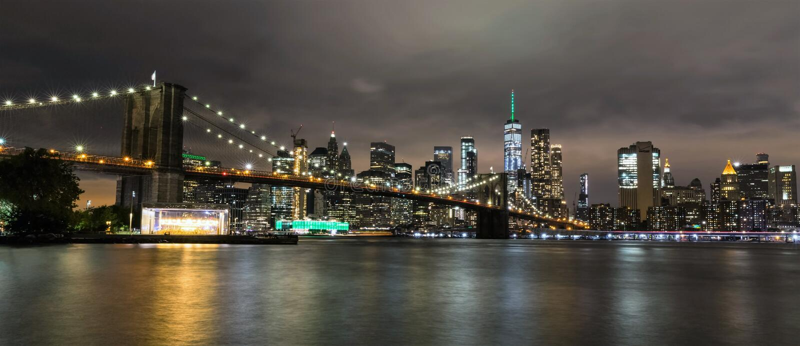 Brooklyn bro och Manhattan vid natt, New York City, USA arkivfoto