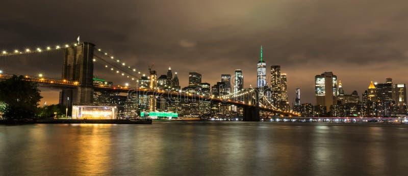 Brooklyn bro och Manhattan vid natt, New York City, USA royaltyfri bild