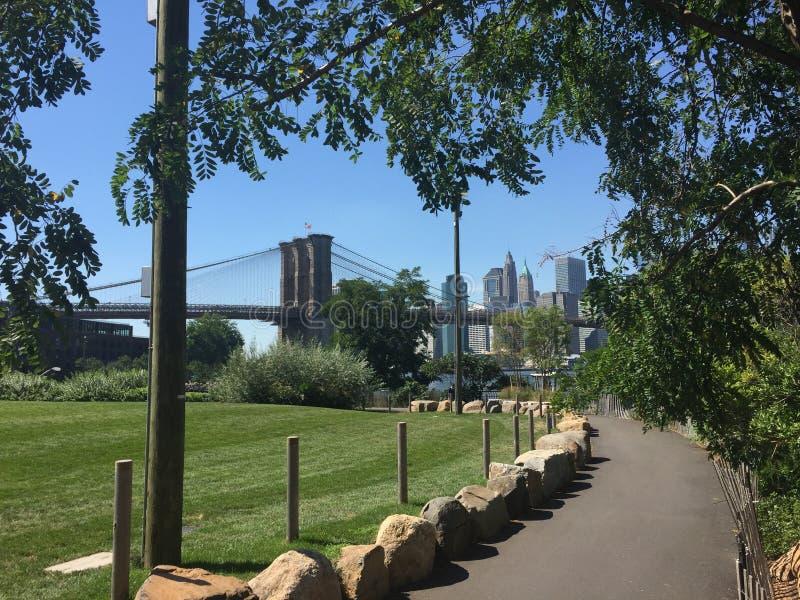 Brooklyn bro och sikten av Manhattan royaltyfri foto