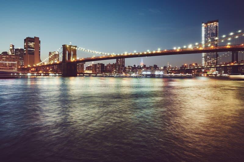 Brooklyn bro på den blåa timmen, New York arkivbilder