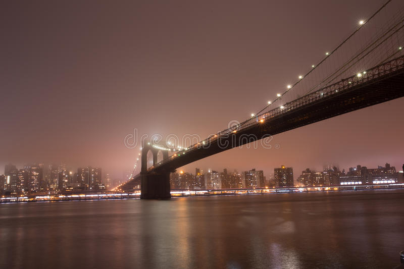 Brooklyn bro på den dimmiga natten fotografering för bildbyråer