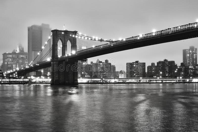 Brooklyn bro på en dimmig natt, New York, USA arkivfoton