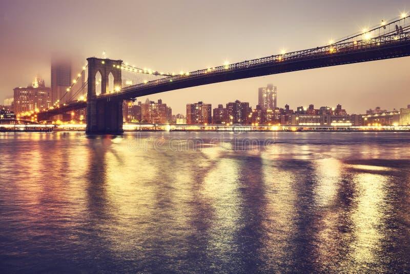 Brooklyn bro på en dimmig natt, New York, USA arkivbilder