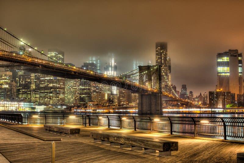 Brooklyn bro på natten i New York City arkivfoto