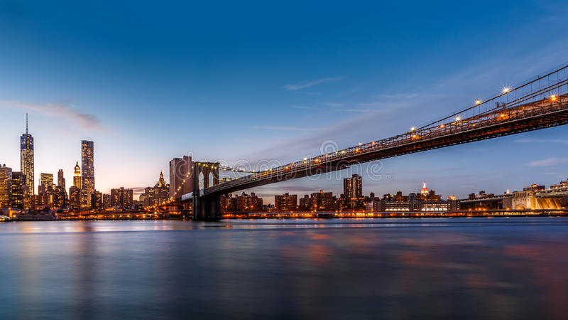 Brooklyn bro på skymning royaltyfri foto