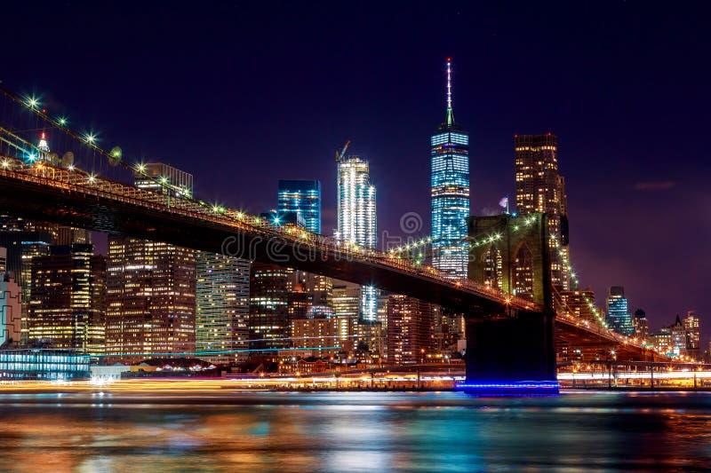 Brooklyn bro på skymning som beskådas från parkera i New York City royaltyfri bild