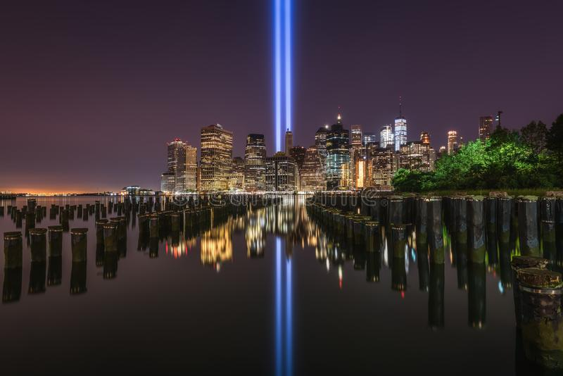 Brooklyn bro Pier Tribute In Light Reflections royaltyfri bild