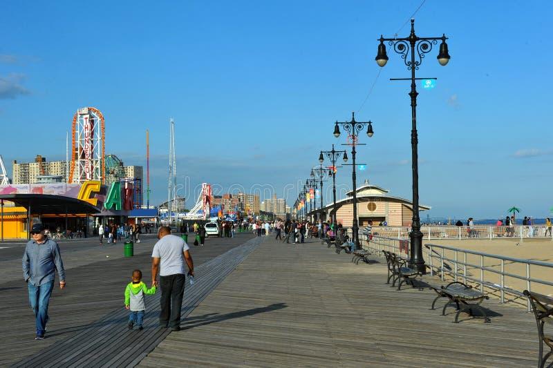 BROOKLYN, NEW YORK - 31 DE MAIO: Passeio à beira mar de Coney Island restaurado após dano pelo furacão Sandy imagens de stock