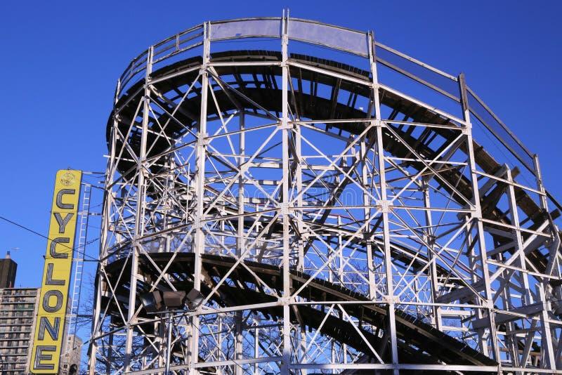 Montanha russa do ciclone do marco histórico na seção de Coney Island de Brooklyn. foto de stock royalty free
