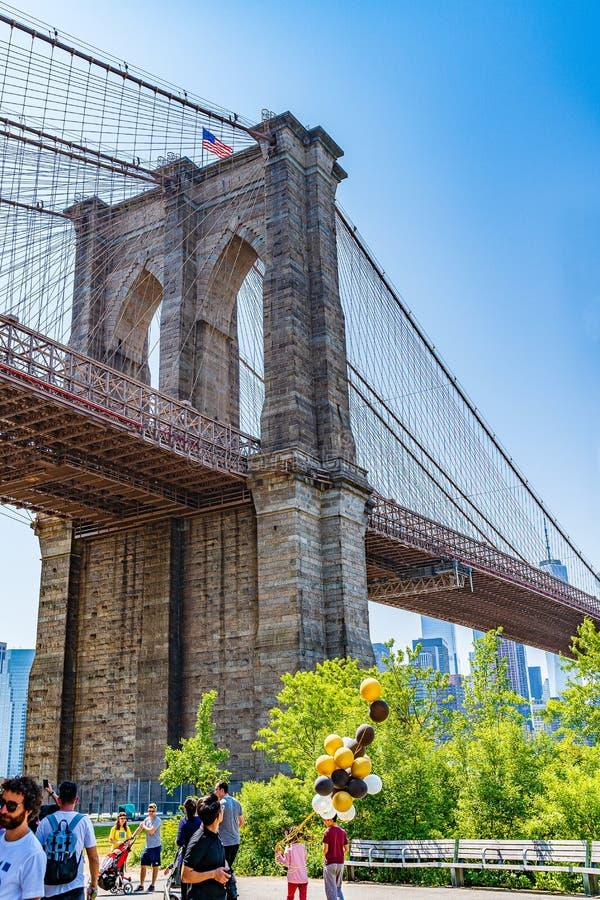 Brooklyn, New York, de V.S. - 19 Mei, 2019: De Brug van Brooklyn over de Rivier van het Oosten aan Laag Manhattan New York stock afbeelding