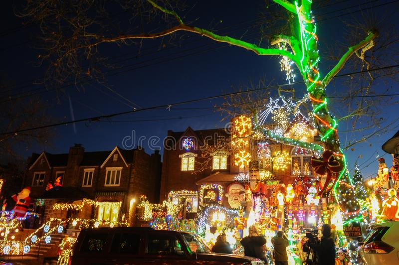 BROOKLYN, NEW YORK - DECEMBER 20, 2017 - Dyker-de Lichten van Hoogtenkerstmis is verfraaid voor de vakantie      voor royalty-vrije stock afbeeldingen