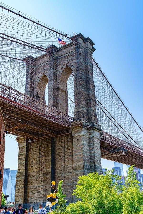 Brooklyn, New York, EUA - 19 de maio de 2019: Ponte de Brooklyn atrav?s de East River a baixo Manhattan New York foto de stock