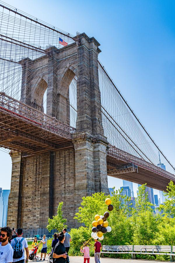 Brooklyn, New York, U.S.A. - 19 maggio 2019: Ponte di Brooklyn attraverso East River a Manhattan bassa New York immagine stock