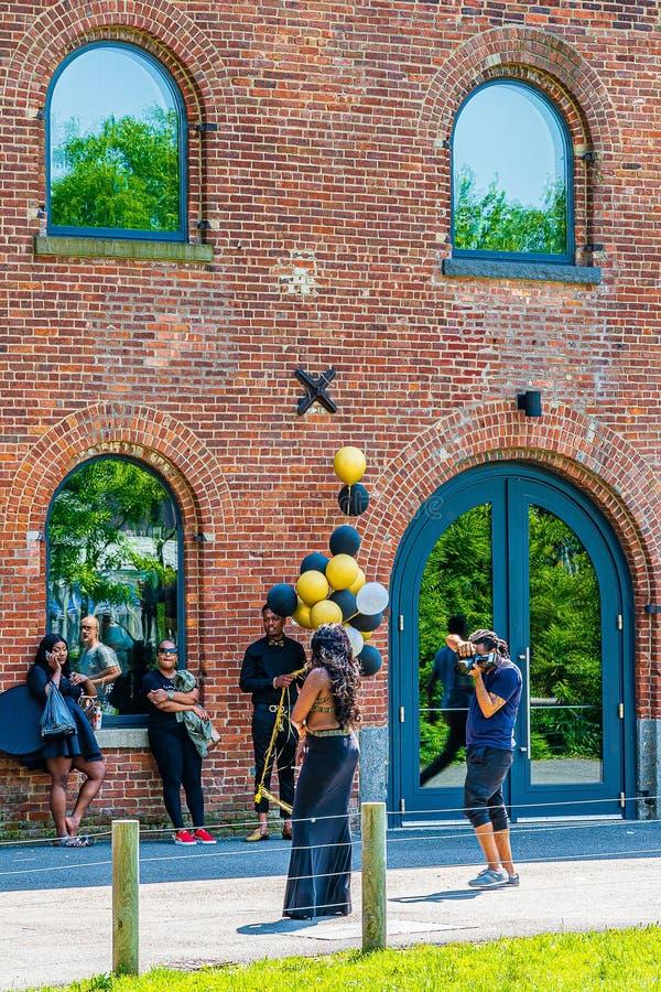 Brooklyn, New York, U.S.A. - 19 maggio 2019: Uomo che prende ad immagini una regina afroamericana con i palloni gialli e neri, Br fotografia stock libera da diritti