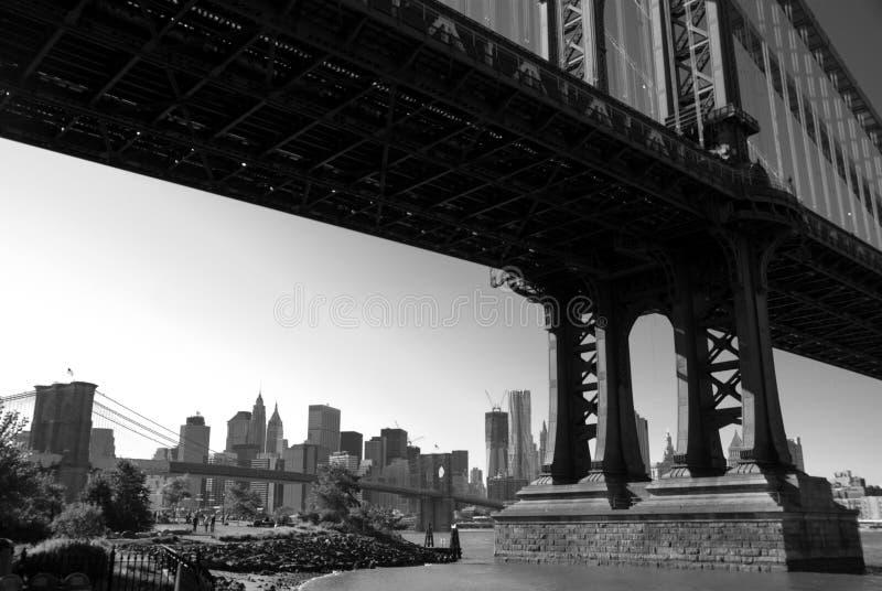 Brooklyn-und Manhattan-Brücken B&W stockfotografie