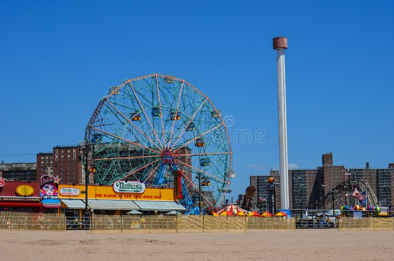 Brookyln, vue de New York de la promenade de Coney Island et Luna Park Wonder Wheel de la plage à New York City image libre de droits