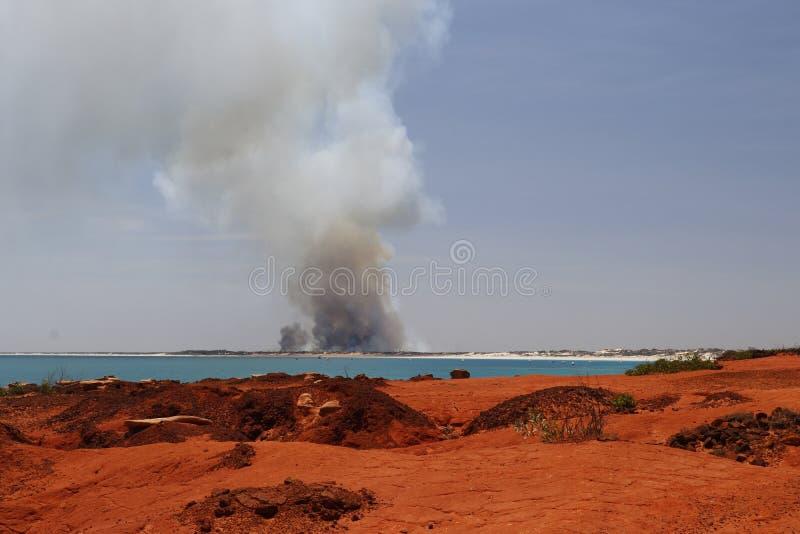 BROOME AUSTRÁLIA OCIDENTAL/AUSTRÁLIA 26 DE SETEMBRO: coluna de fumaça ergue-se do fogo do mato ao norte da praia do cabo imagens de stock royalty free