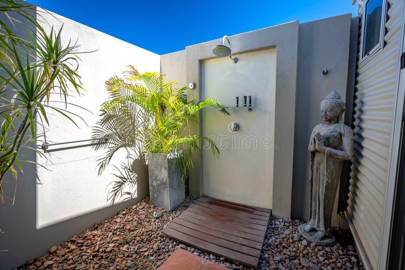 Broome, WA, Australie - douche extérieure dans une chambre d'hôtel photos libres de droits