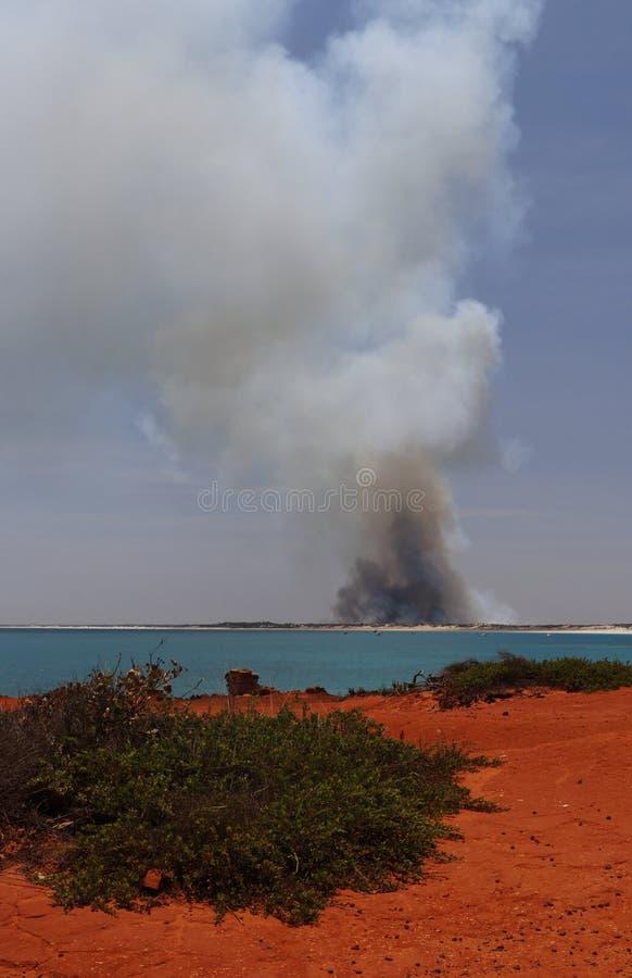 BROOME, ZACHODNIA AUSTRALIA/AUSTRALIA - 26 WRZEŚNIA 2019 R. : widok na krajobraz kolumny dymnej wznoszącej się z ognia krzewu na  obrazy stock