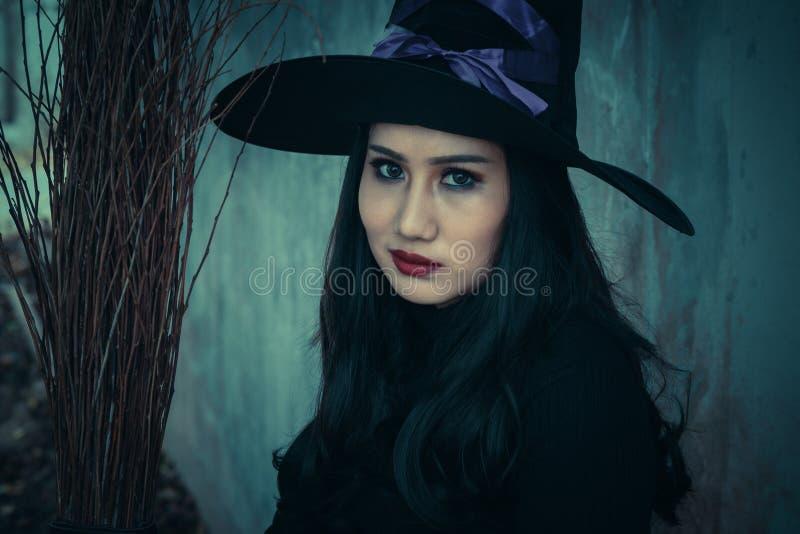 Broomstick na ciemnym tle i czarownica, Halloweenowy dnia pojęcie obraz royalty free