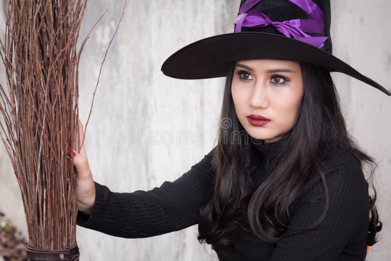 Broomstick na ciemnym tle i czarownica, Halloweenowy dnia pojęcie obraz stock