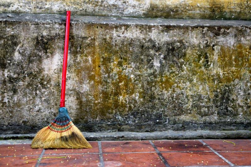Broomstick w kierunku ściany zdjęcie royalty free