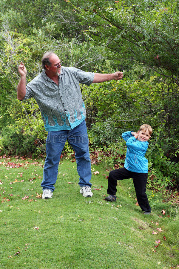 brorsonöverhoppstenar undervisar till unclen royaltyfria bilder
