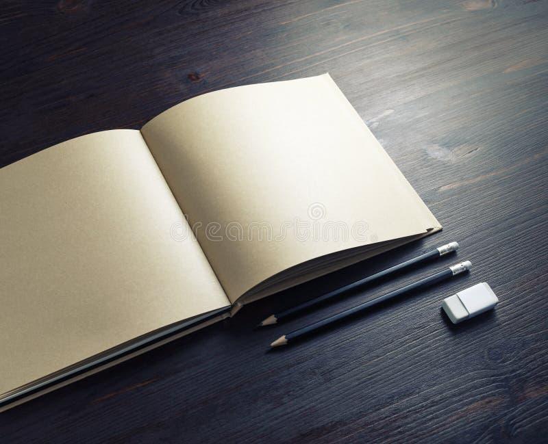 Broschüre, Bleistifte, Radiergummi stockbild
