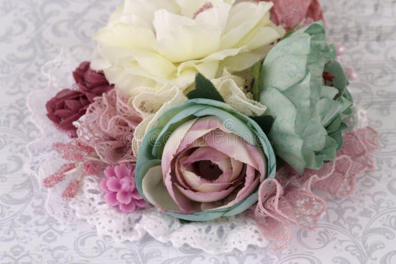 Brosch som göras av siden- blommor royaltyfri bild