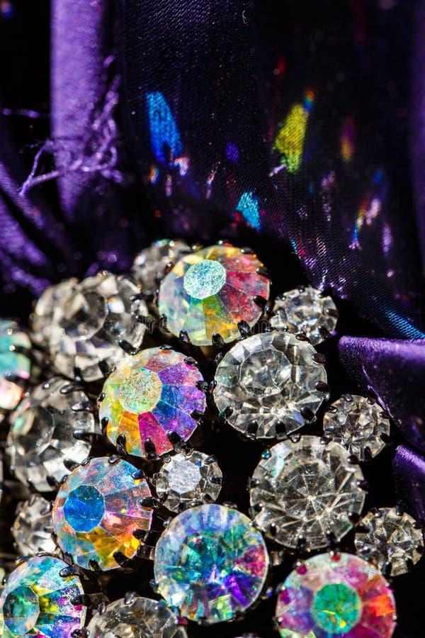 Brosche mit glänzenden Steinen stockfotografie