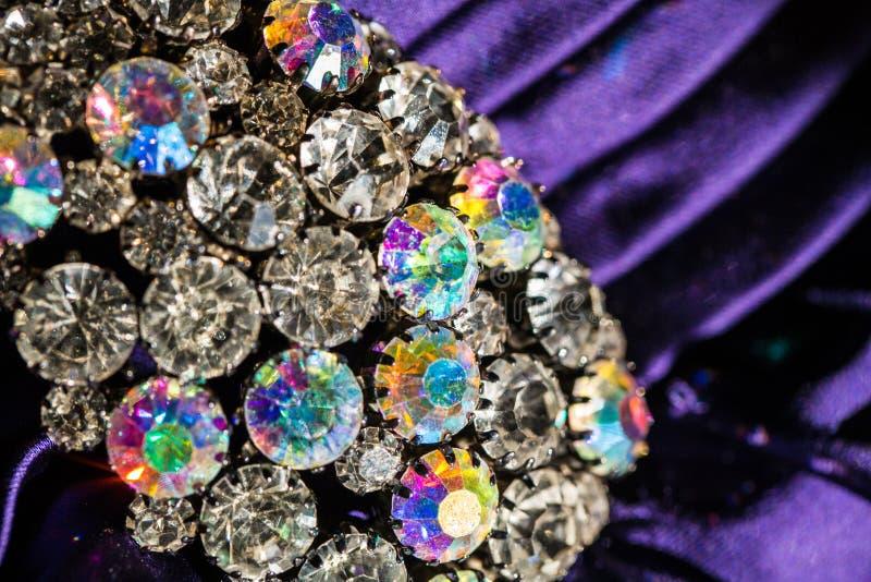 Brosche mit glänzenden Steinen lizenzfreies stockbild
