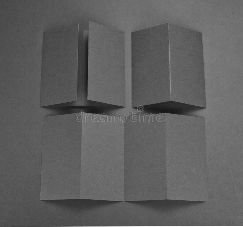 Broschyr för tomt papper på grå bakgrund arkivbilder
