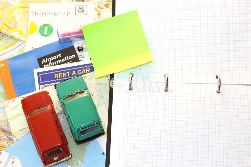 Broshures di viaggio, mappe e piccole automobili fotografia stock