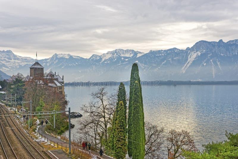 Brosikt till den Chillon slotten på sjöGenève i Schweiz royaltyfri fotografi