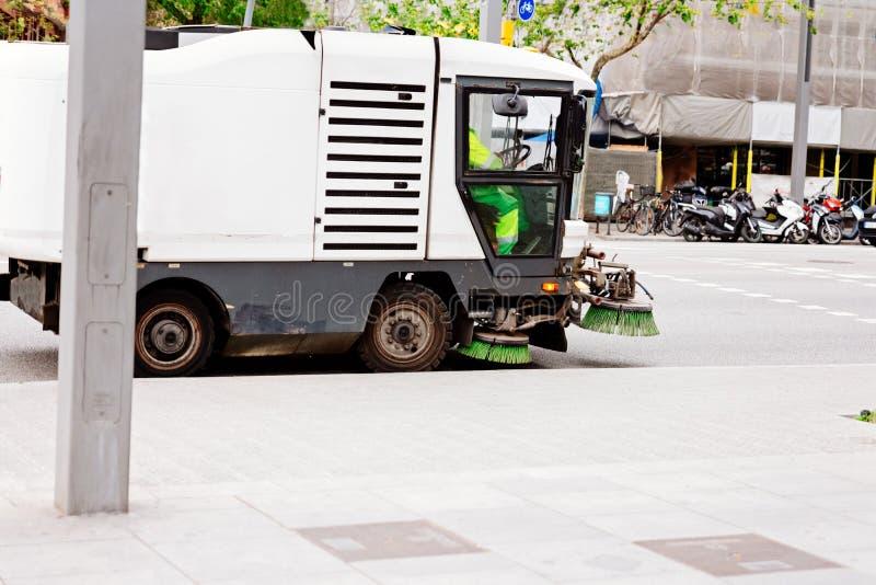 Brossage de nettoyage de voiture de ville et asphalte rapide photo libre de droits