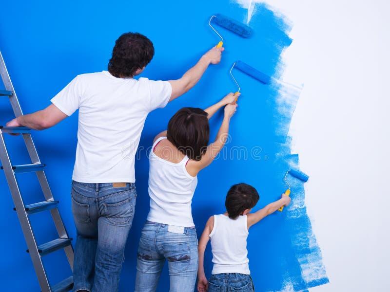 Brossage du mur par des gens photographie stock