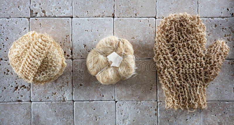 Brossage et exfoliation secs avec l'ensemble d'éponges naturelles de luffa photo libre de droits