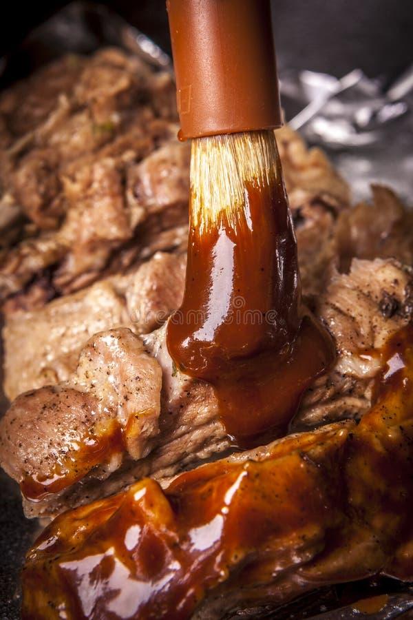 Brossage sur la sauce images stock