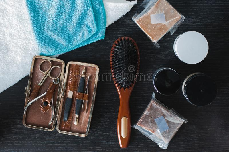 Brosse à cheveux de Brown, ensemble de manucure, savon et cheveux dénommant le gel photographie stock