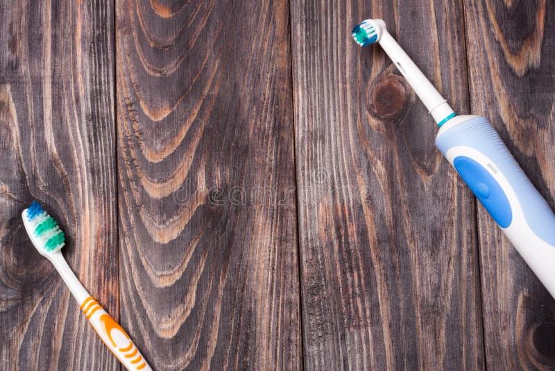 Brosse à dents électrique sur un fond en bois noir photos stock