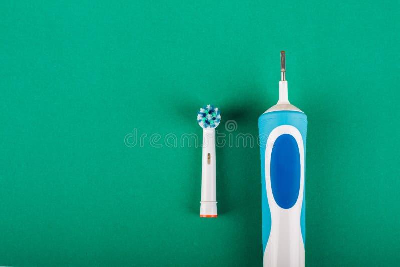 Brosse à dents électrique sur un fond vert photos libres de droits